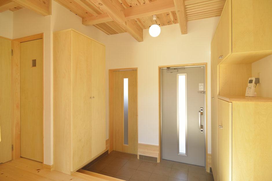 高台見晴しの家の木の天井が目立つ玄関