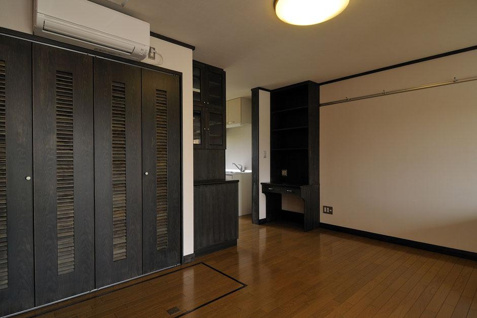 バイカーズアパートの黒色を基調とした木の造作家具