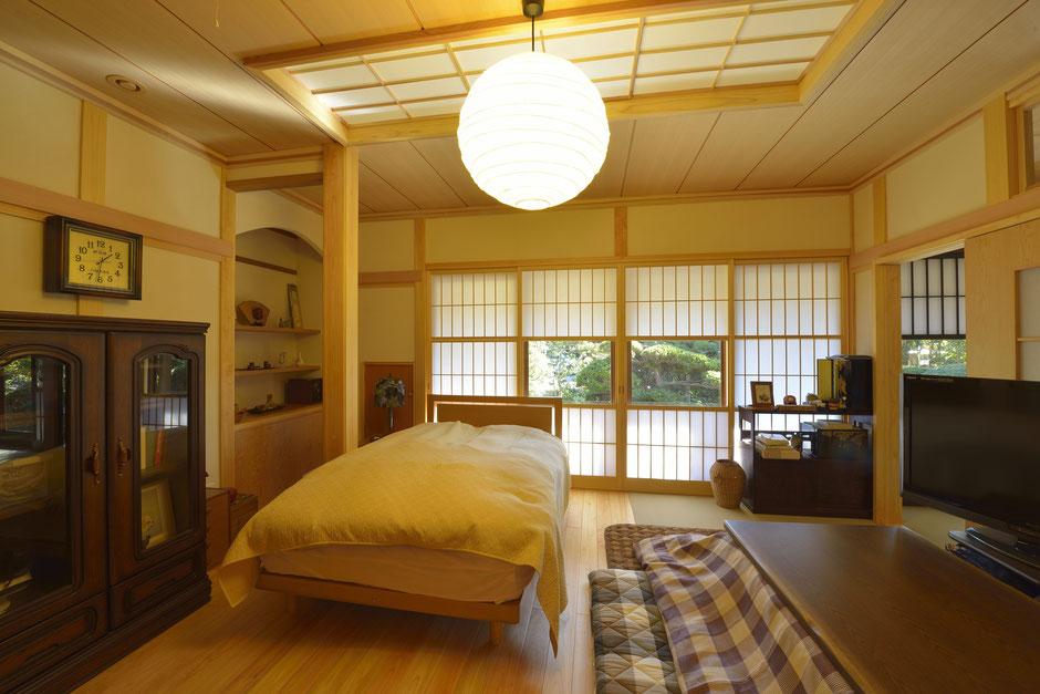 御用堀の家のリフォームされた和モダンな寝室