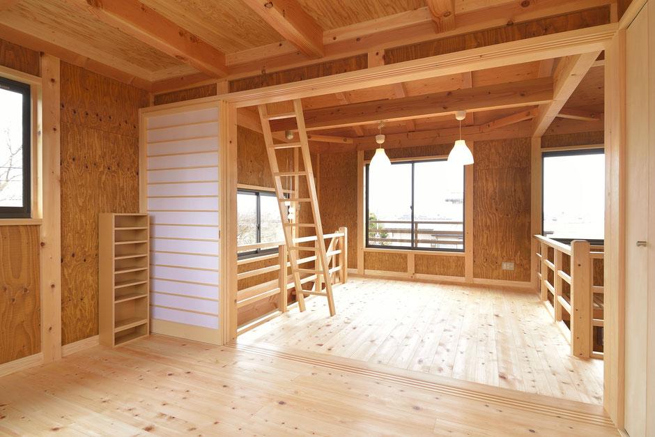 通り土間のある家の床や壁や天井に木を多用した空間