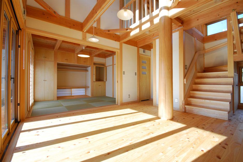 大黒丸太のある家のリビングは無垢の木と丸太が映える