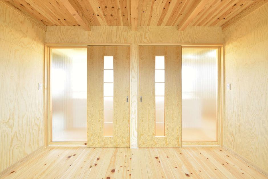 格子のある家の栃木の木が際立つ子供部屋の引き戸