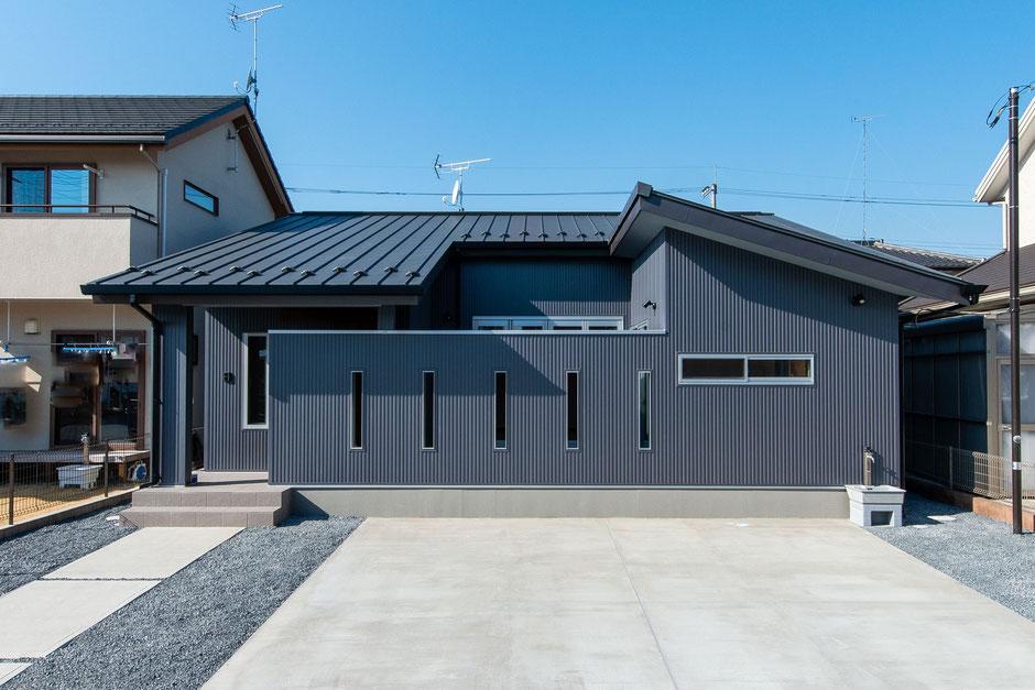 鹿沼のコートハウスの外観はスタイリッシュなデザイン