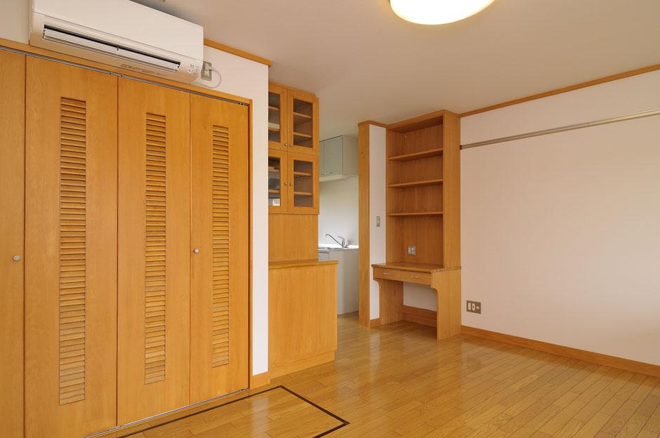 バイカーズアパートの茶色を基調とした木の造作家具