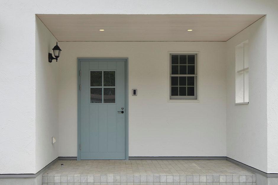 デッキのある平屋の家の玄関戸はこだわりのアンダーセン