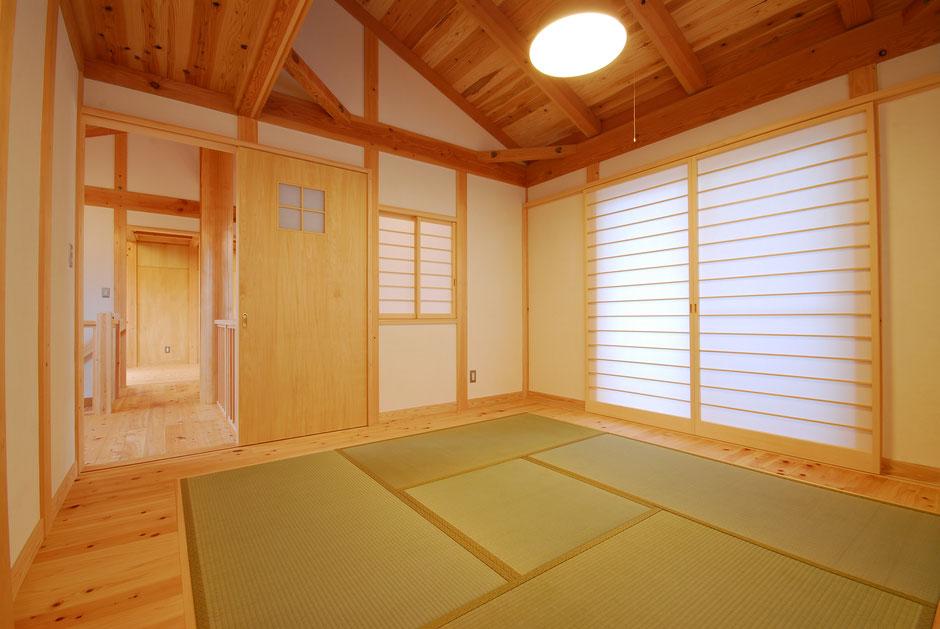 大黒丸太のある家の和室は天井にまで栃木の木を感じられる