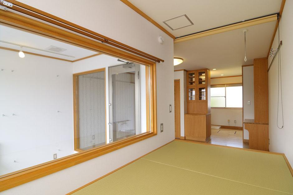 バイカーズアパートのバイクを眺める和室は部屋によって色合いが変わる