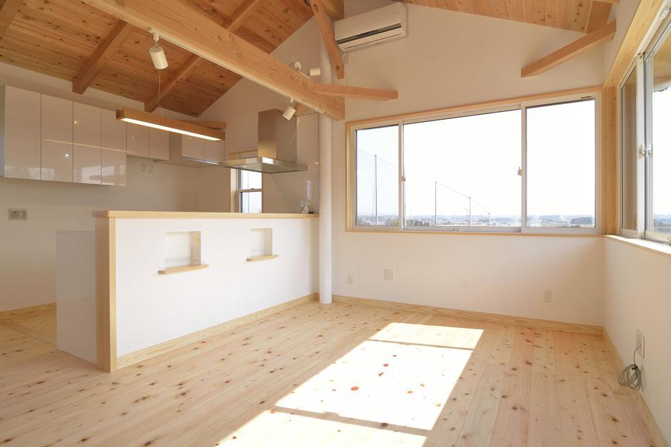 高台見晴しの家のリビングは栃木の木と自然素材を多用