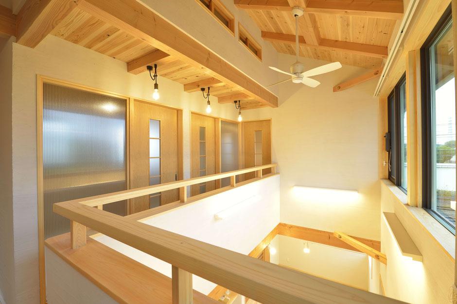 格子のある家の2階ホールには吹抜けによる大きな空間を感じられる