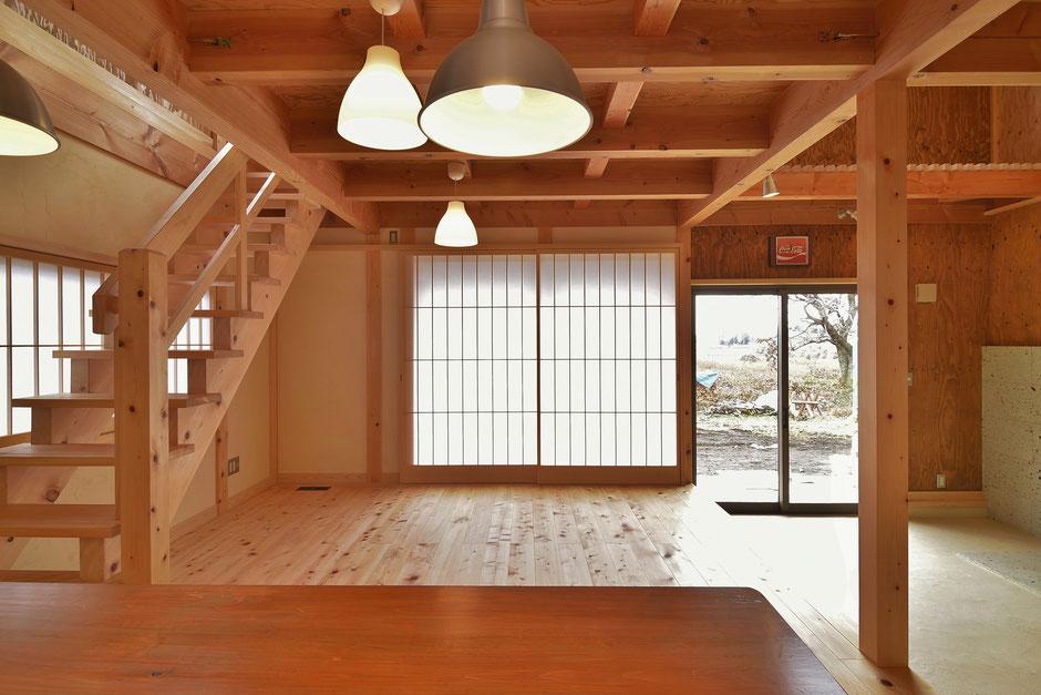 通り土間のある家のリビングは広い空間