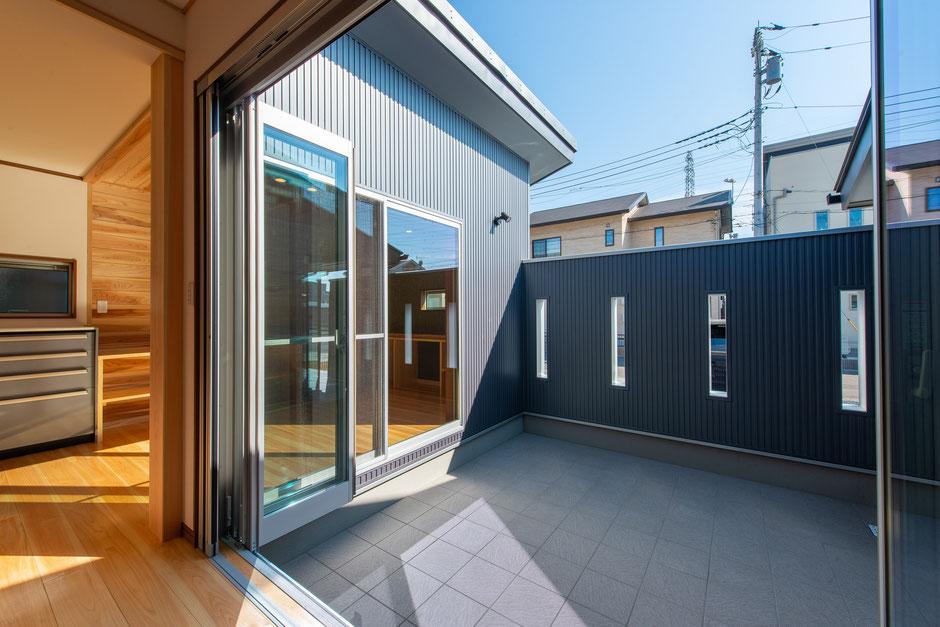 フルオープンの窓を開けることで風を感じられる鹿沼のコートハウス