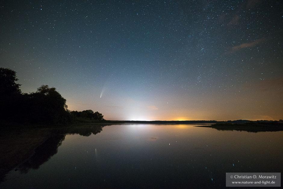 Der Komet Neowise über einem See, aufgenommen am 18.07.2020 um 00:20 Uhr