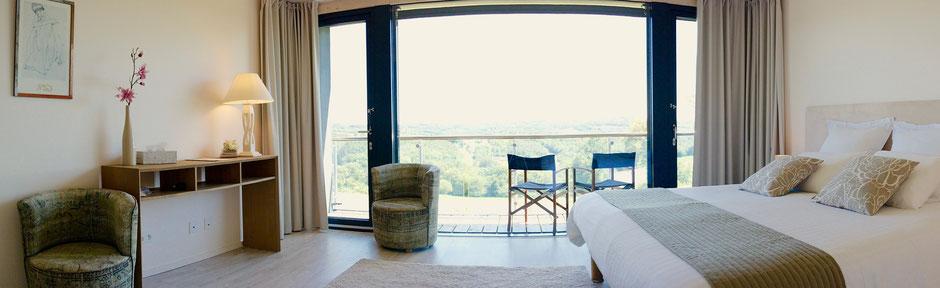 Un choix de matière Zen et Chaleureuses pour cette chambre tout confort de la Villa Lascaux