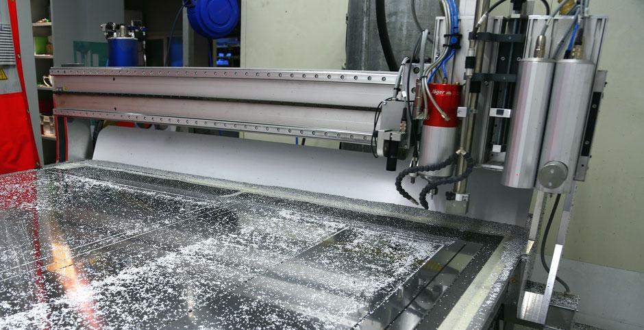 Fräsmaschine mit Vakuumtisch und Bearbeitungskopf