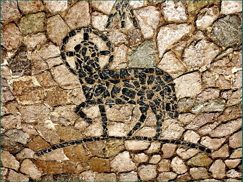 Mosaico na calçada em frente à igreja