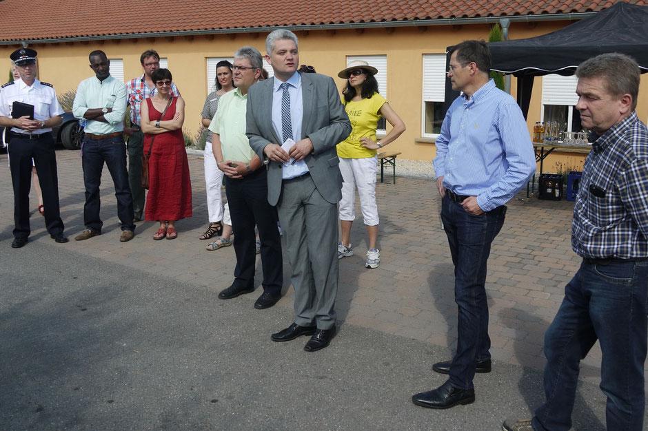 Vertreter des Landkreises, Bürgermeister Huge, Vertreter des Gemeinderats, Heimleitung und Ehrenamtliche der Flüchtlingshilfe IN Bad Schönborn und Kronau e.V.