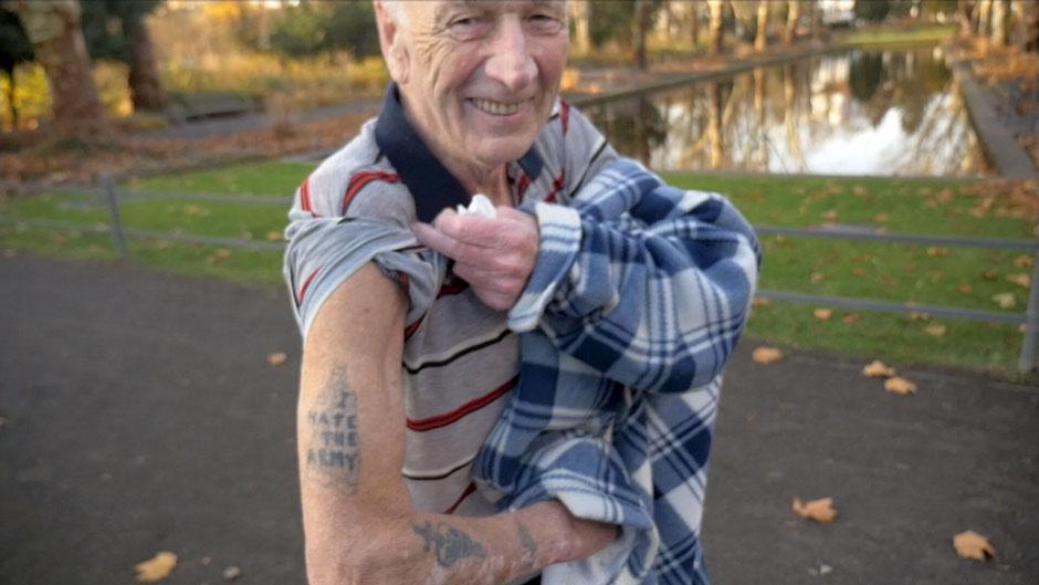 ©ZDF2019 |Henry kam vor 48 Jahren aus Schottland. Gute Jobs gab's in Deutschland. Als junger Soldat hat er beim Minenentschärfen viele Kollegen verloren. Das hat ihm gezeigt, dass Krieg ein großes Elend ist.