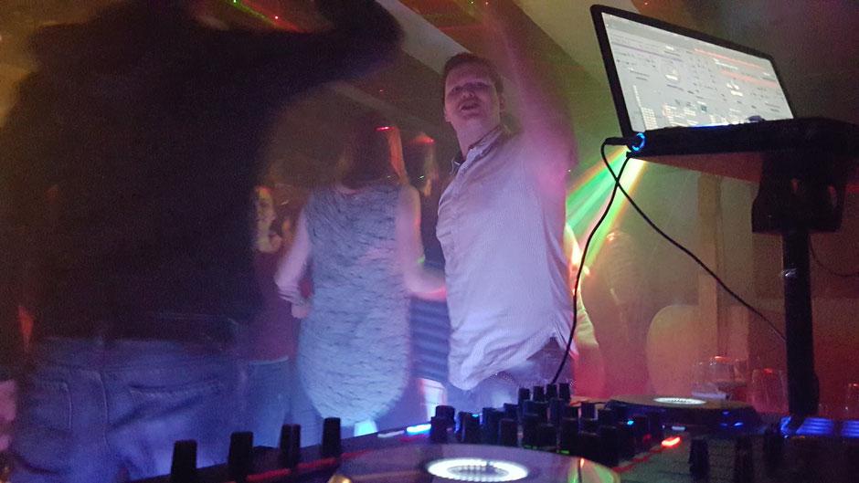 Der Gast auf der Party fragt ob ich das Lied jetzt sofort spiele - und ich als DJ sage ....