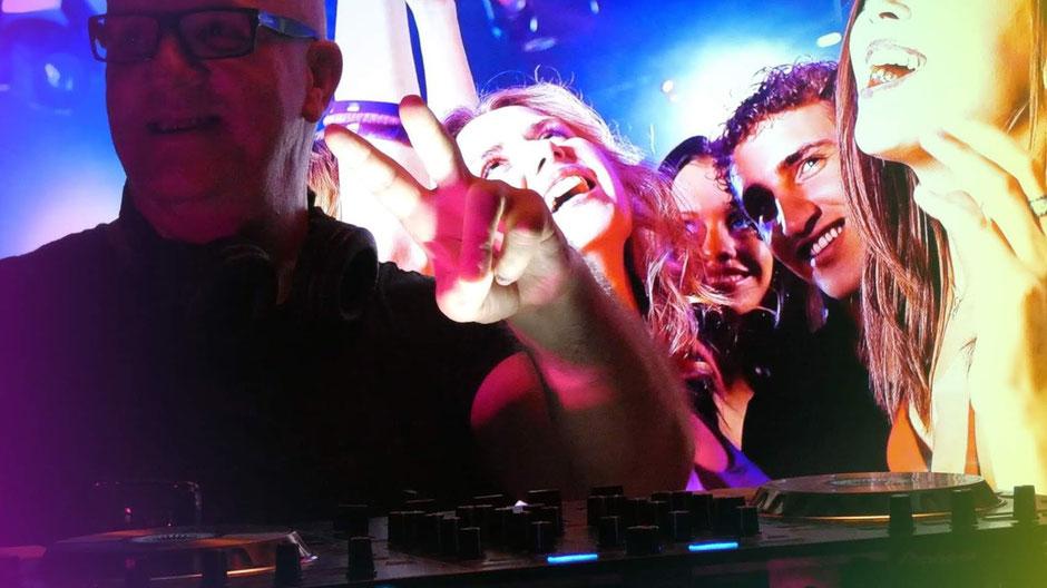 Der Party DJ im Club oder in der Bar immer das Herzstück eines Event und umgeben von schönen Frauen
