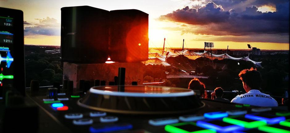Party und Event DJ CB Chris Bernard für Partys in München in Szene Lokalen, Bar und Rooftop