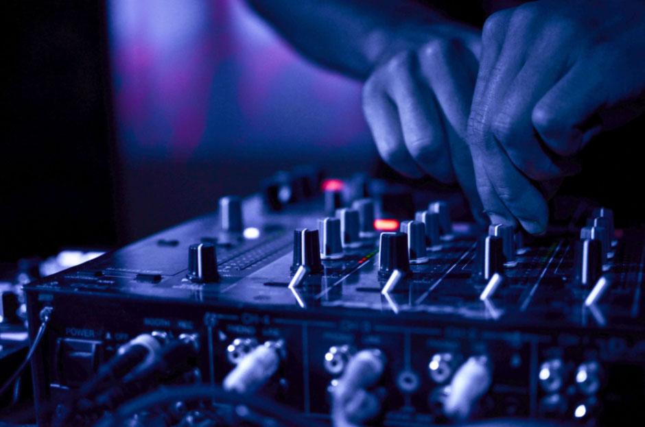 Die Technik am DJ Pult ist Heute sehr ausgebaut, verlangt deshalb viel Übung im Handling - hierzu kann eine Einweisung ganz nützlich sein