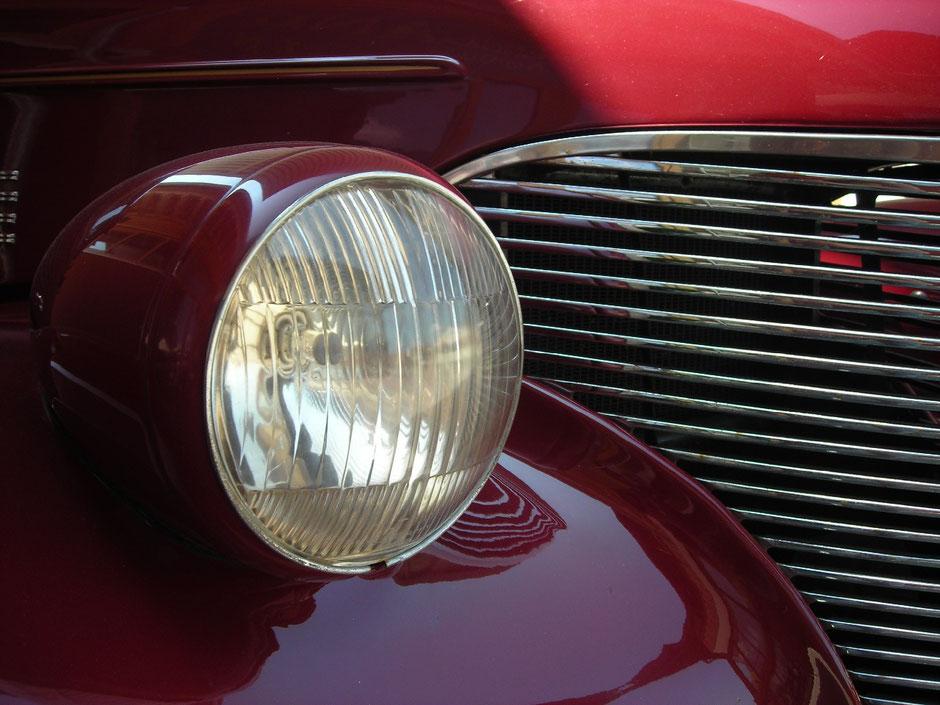 LackiertechnikerInnen behandeln Oberflächen aus Metall, Holz oder Kunststoff (z. B. Fahrzeuglackierungen, Maschinen, Fenster- und Türen, Möbellackierungen).