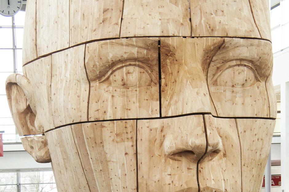 BildhauerInnen stellen aus den verschiedensten Materialien (Holz, Stein, Kunststoffe, Modelliermassen usw.) kunsthandwerkliche und künstlerische Gegenstände sowie Gebrauchsgegenstände her.