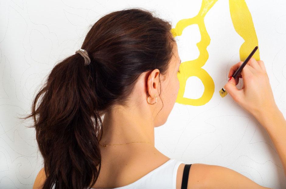 MalerInnen und BeschichtungstechnikerInnen im Schwerpunkt Funktionsbeschichtungen schützen und verschönern Putz, Stein-, Holz-, Beton-, Metall- und Kunststoffflächen mit Grundier-, Farb- und Lackschichten.