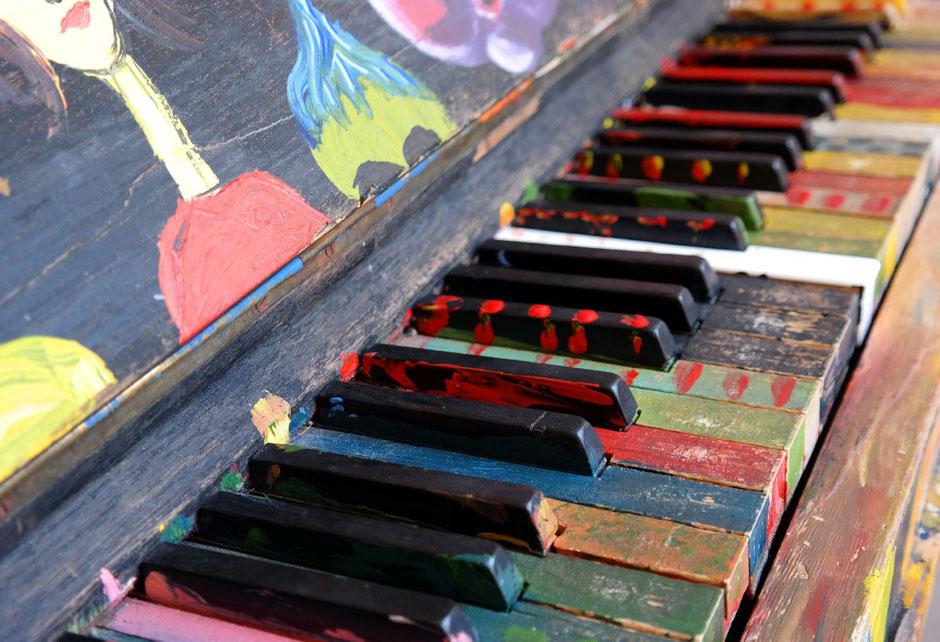 KlavierbauerInnen erzeugen, warten und reparieren Klaviere und ähnliche Tasteninstrumente (wie z. B. Spinett, Cembalo). Sie bauen vorwiegend Kleinpianos, Pianos, Kleinflügel, Flügel, Konzertflügel und gegebenenfalls auch historische Tasteninstrumente.