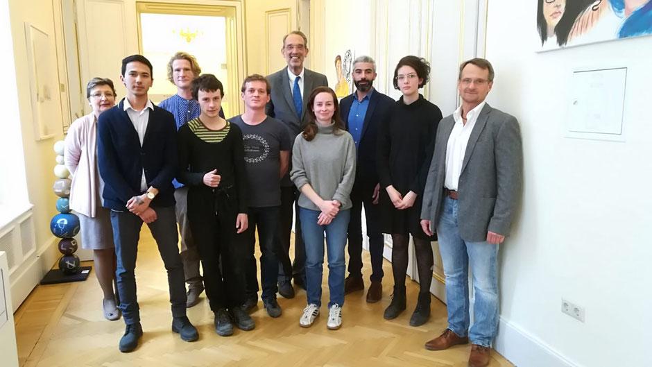 Bundesminister Dr. Faßmann mit Bildhauerlehrlingen und Lehrkräften der Berufsschule HKFL