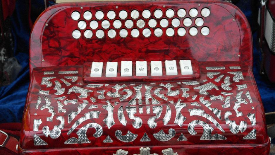HarmonikamacherInnen bauen Harmonikas, Akkordeons und Mundharmonikas. Sie erstellen Werkzeichnungen der Einzelteile und bearbeiten dann das Material (Holz, Metall, Kunststoffe).