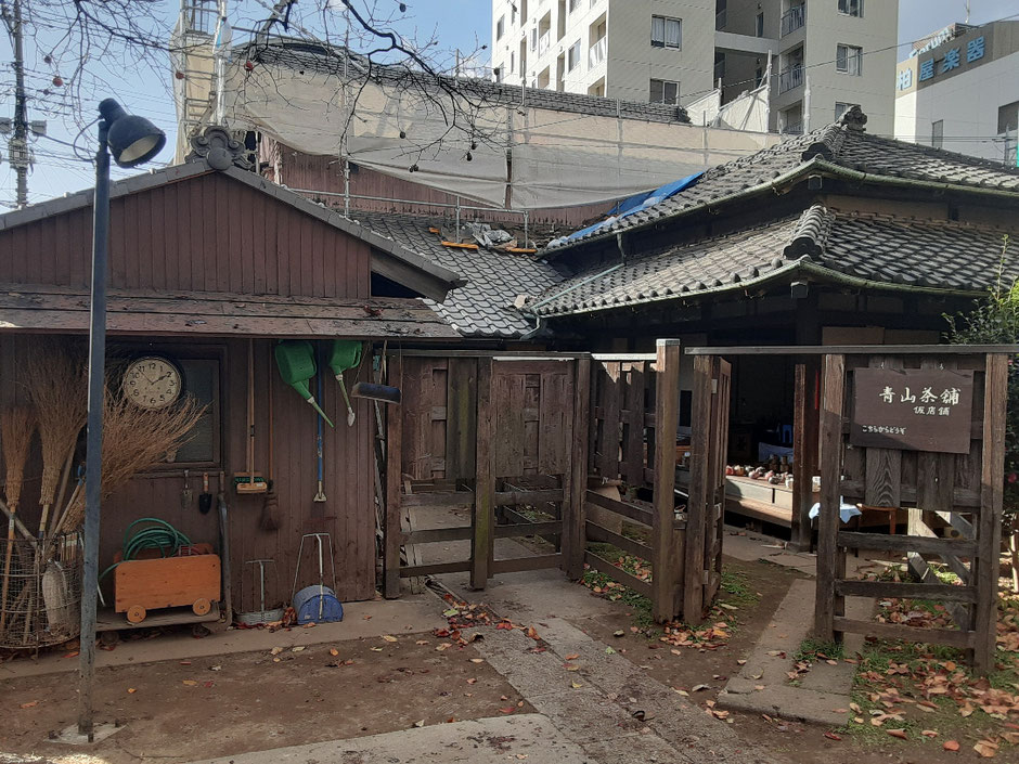 今、「青山茶舗」は改装工事中で、楽風の隣の仮店舗で営業されてます。生活感がありながら、風情もあるのがいいですね