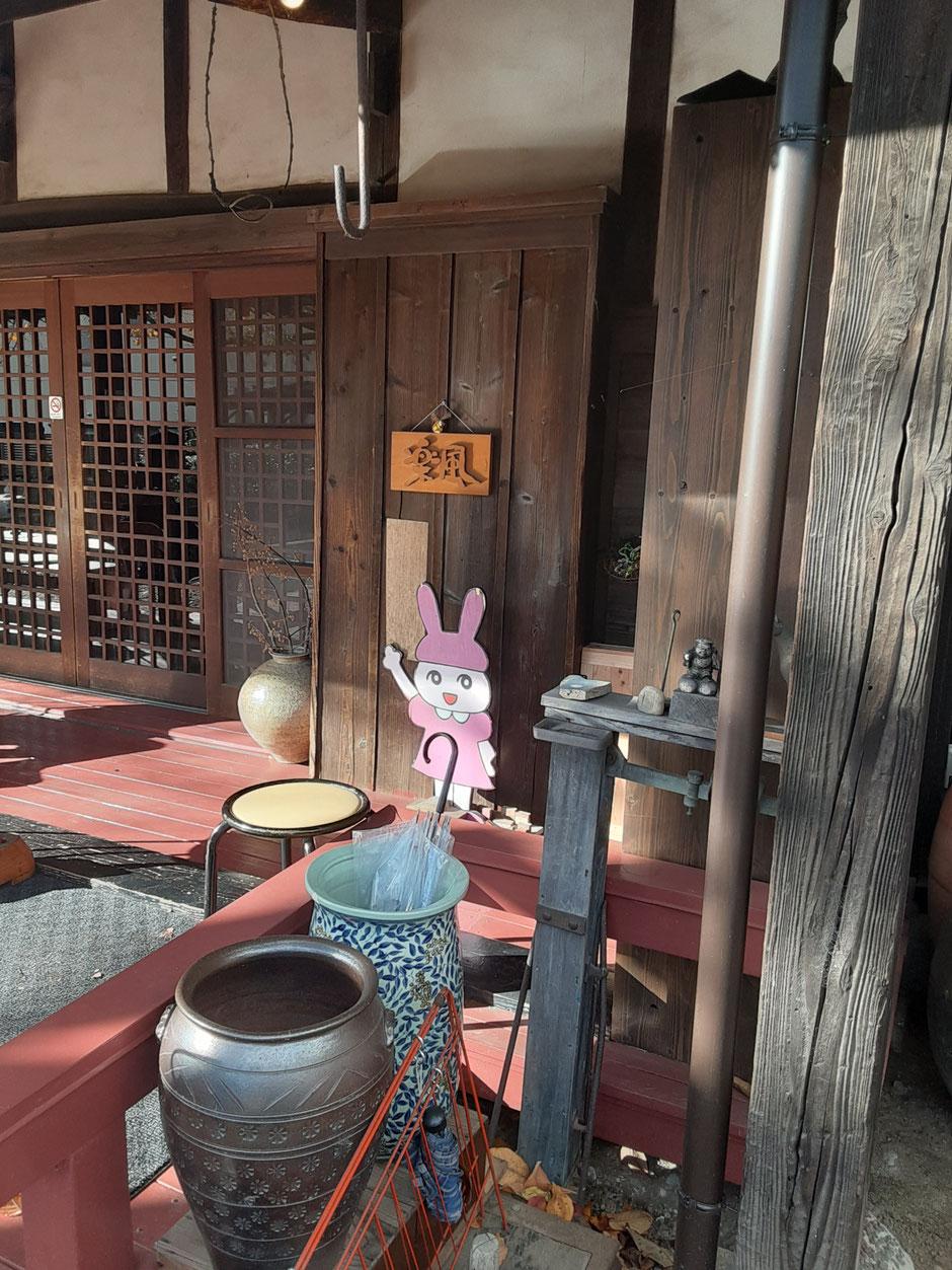 玄関。お庭も店内もそうですが、よく見ると気になる小物がいっぱいあります