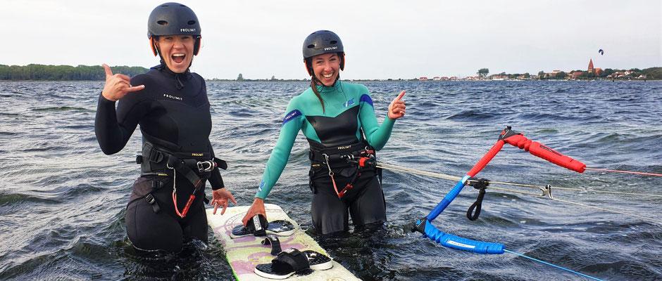 Kitesurfen im Buddysystem im EinsteigerKitekurs für Anfänger in deiner VDWS Kiteschule Ostsee Oceanblue Watersports. Buche jetzt deinen Kitekurs an der Ostsee und lerne Kiten im Salzhaff mit Spaß in deiner VDWS Surfschule Kühlungsborn an der Ostsee.
