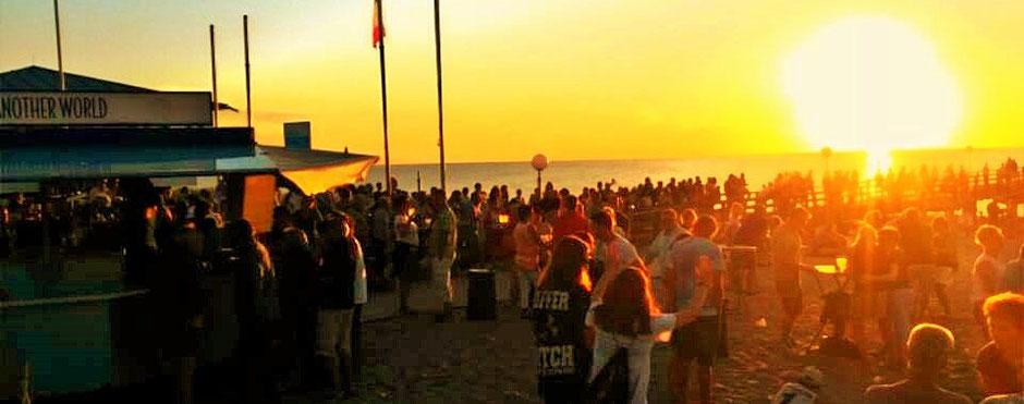Strand Party in Rerik nach deinem Surfkurs in deiner VDWS Surfschule an der Ostsee. Lerne jetzt surfen und genieße danach die Party mit einem kühlen Drink.Cheers! :)