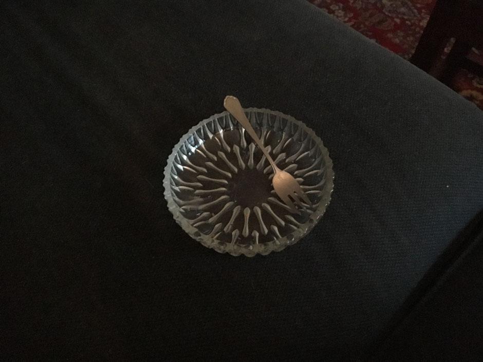 Nachher: Einsam, leere Kristallschüssel auf Sofa