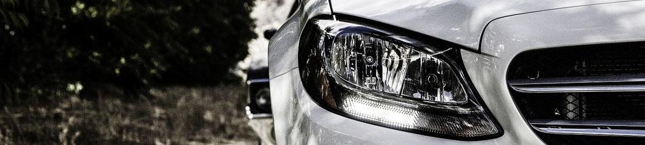 Autofront mit Scheinwerfer