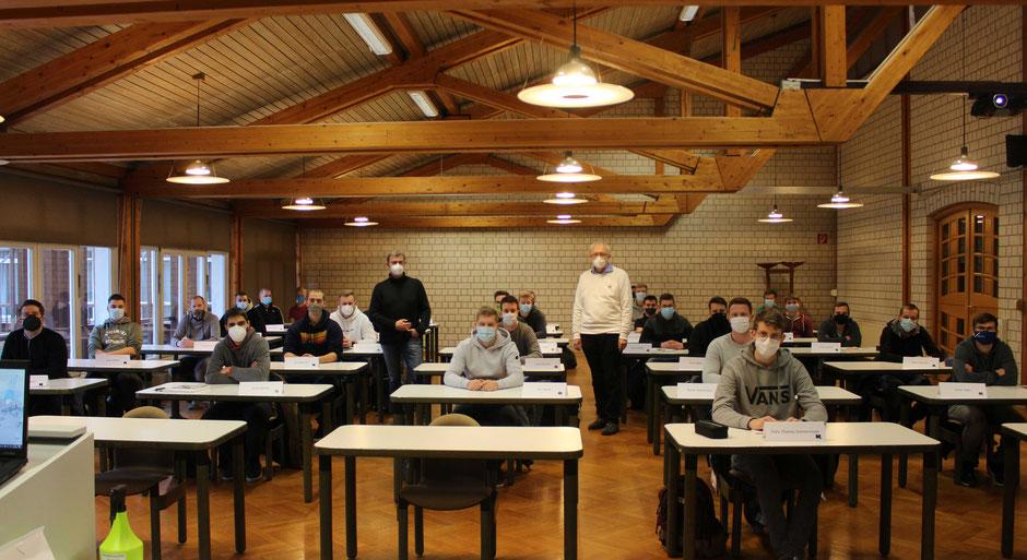 Schulleiter Hermann Hubing (r.) und Dozent Klaus Wiek begrüßten die neuen Lehrgangsteilnehmer in der Aula der Holzfachschule Bad Wildungen. (Foto: HFW)