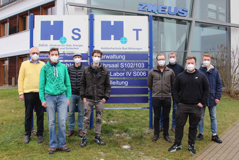 Die neue Holztechniker-Klasse wurde von Schulleiter Hermann Hubing (l.) und Klassenlehrer Klaus Wiek (3.v.r.) begrüßt.
