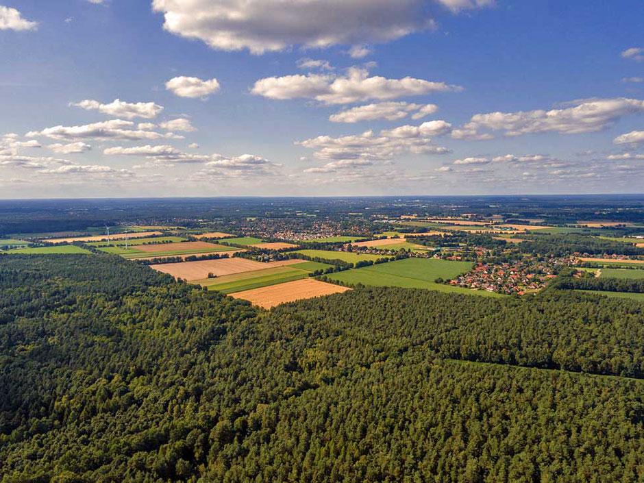 Der Blick in nordwestliche Richtung zeigt am linken Rand die beiden Windräder in Nienhagen. Weiter rechts liegen Papenhorst und Dannhorst.