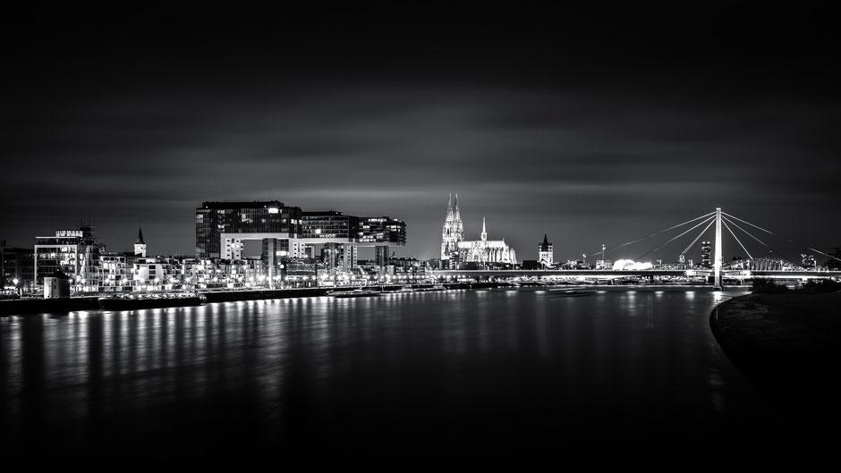 Skyline von Köln bei Nacht, Schwarz-Weiß Fotografie, Schwarzweißfotografie, schwarz-weiß, schwarzweiss, monochrom