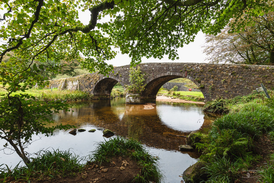 Alte mittelalterliche Brücke in Two Bridges, Yelverton, Dartmoor, Devon, England, GB, Architektur, Brücken