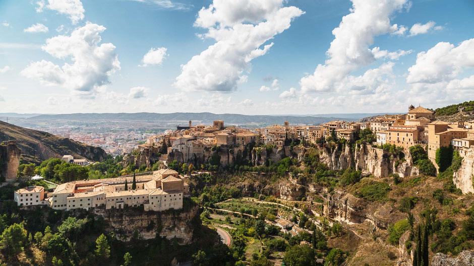 Cuenca, Spanien mit Parador und hängenden Häusern, Architektur, Skylines, Cityscape