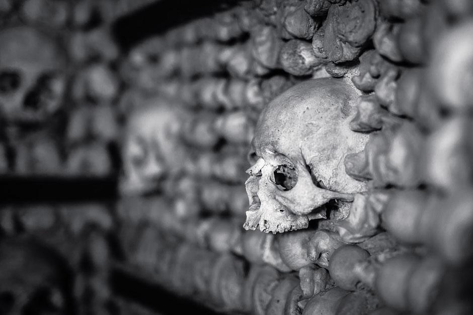 """Knochenkapelle (Capela dos Ossos) im hinteren Teil der Kirche """"Igreja do Carmo"""" in Faro, Portugal, Schwarz-Weiß Fotografie, Schwarzweißfotografie, schwarz-weiß, schwarzweiss, monochrom"""