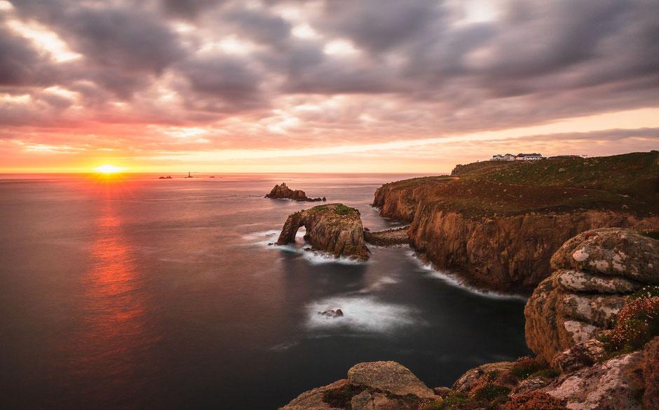 Enys Dodnan Arch bei Sonnenuntergang, Land's End, Cornwall, England, GB