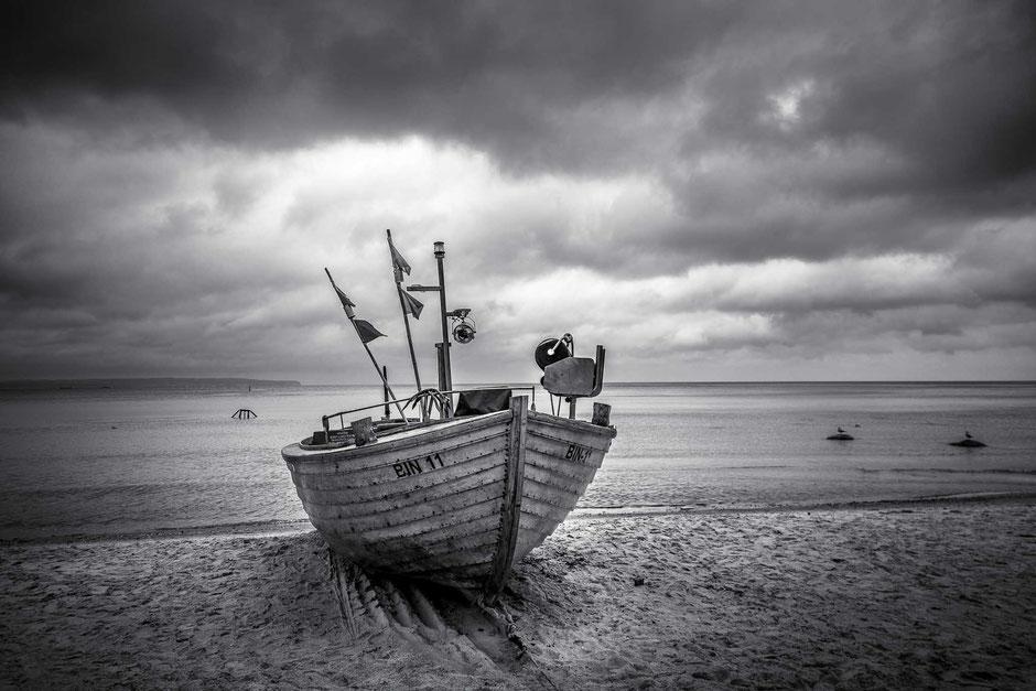 """Ruderboot """"BIN 11"""" am Strand in Binz auf der Insel Rügen, Schwarz-Weiß Fotografie, Schwarzweißfotografie, schwarz-weiß, schwarzweiss, monochrom"""
