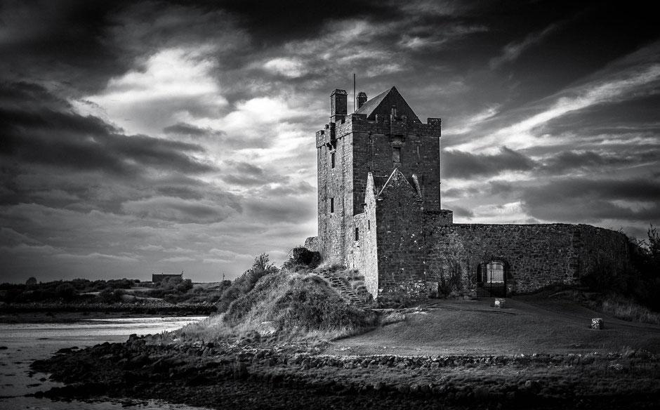 Dunguaire Castle in der Galway Bay in Kinvarra in Irland, Schwarz-Weiß Fotografie, Schwarzweißfotografie, schwarz-weiß, schwarzweiss, monochrom