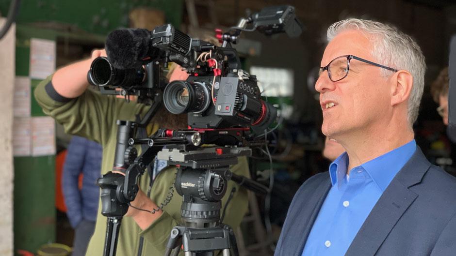 Martin Kerscher bei Dreharbeiten mit Kamera-Team für einen Kunden aus der Versicherungsbranche