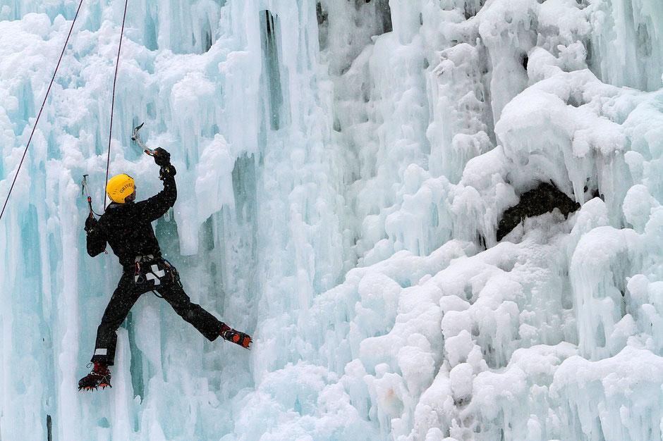 Alpiniste sur glace. Les Contamines-Montjoie. Haute-Savoie.