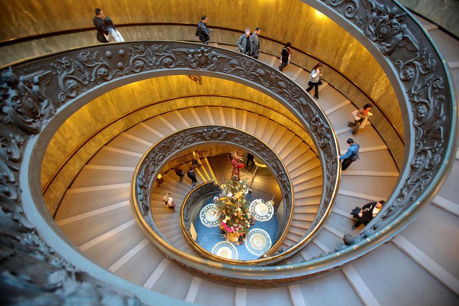 Escalier hélicoïdal du Musée du Vatican. Giuseppe Momo (1932). Basilique Saint-Pierre. Rome.